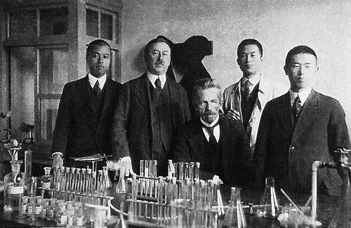 П.П. фон Веймарн и С.Ф. Злоказов с аспирантами Киотского университета