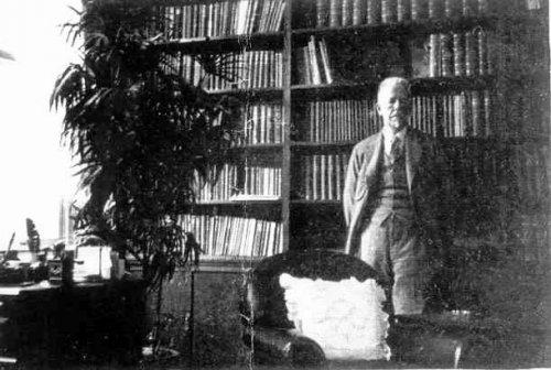 П.П. фон Веймарн в своем кабинете