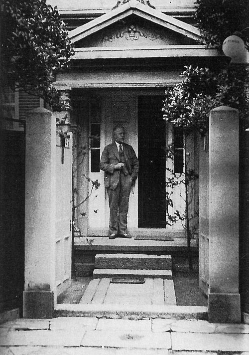 П.П. фон Веймарн на пороге своего дома в Кобе